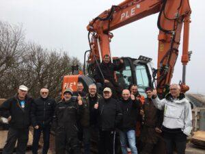 Borbisserne, bådehavnsmedlemmer og Jakob Jensen med thumbs up , fordi vi nu har gravkoen, Yrsa, i land.